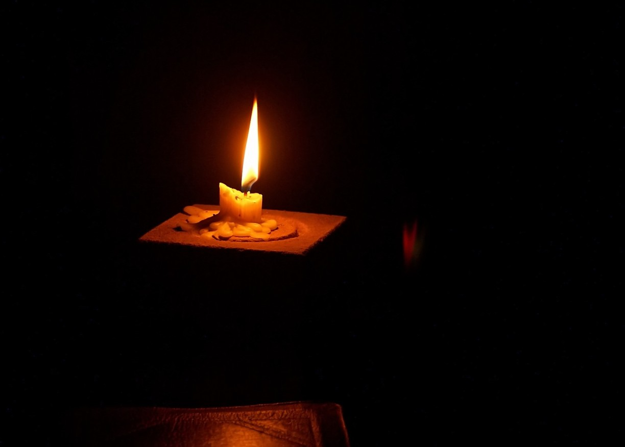 candle-light-reading-1-1056019